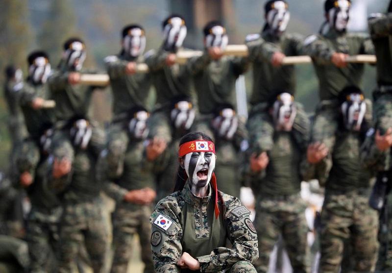 Integrantes do Comando Especial dando uma demonstração de suas habilidades em Taekwondo durante a celebração do 69º Dia das Forças Armadas, em Pyeongtaek. Foto: Kim HongJi / Reuters