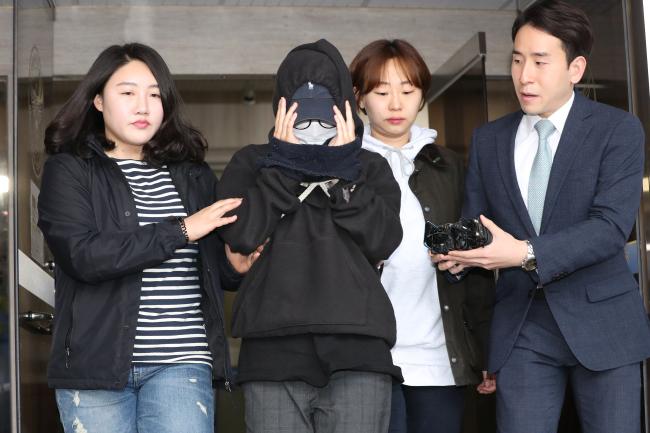 Modelo (segunda a partir da esquerda) é questionada pela mídia após ser presa por vazar as fotos de um colega. Foto: Yonhap