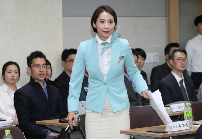 Yoo Eun-jeong, uma comissária de bordo da Korean Air, participa de uma auditoria parlamentar do Ministério do Trabalho na Assembléia Nacional em 11 de outubro. (Yonhap)