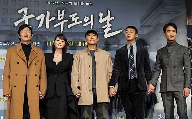 """Atriz Kim HyeSoo, segunda da esquerda para direita, outros membros do elenco e o diretor Choi KookHee, no centro, do filme """"Default"""", posam na conferência de imprensa no CGV no sul de Seoul. (CJ ENM; Via: The Korea Times)"""