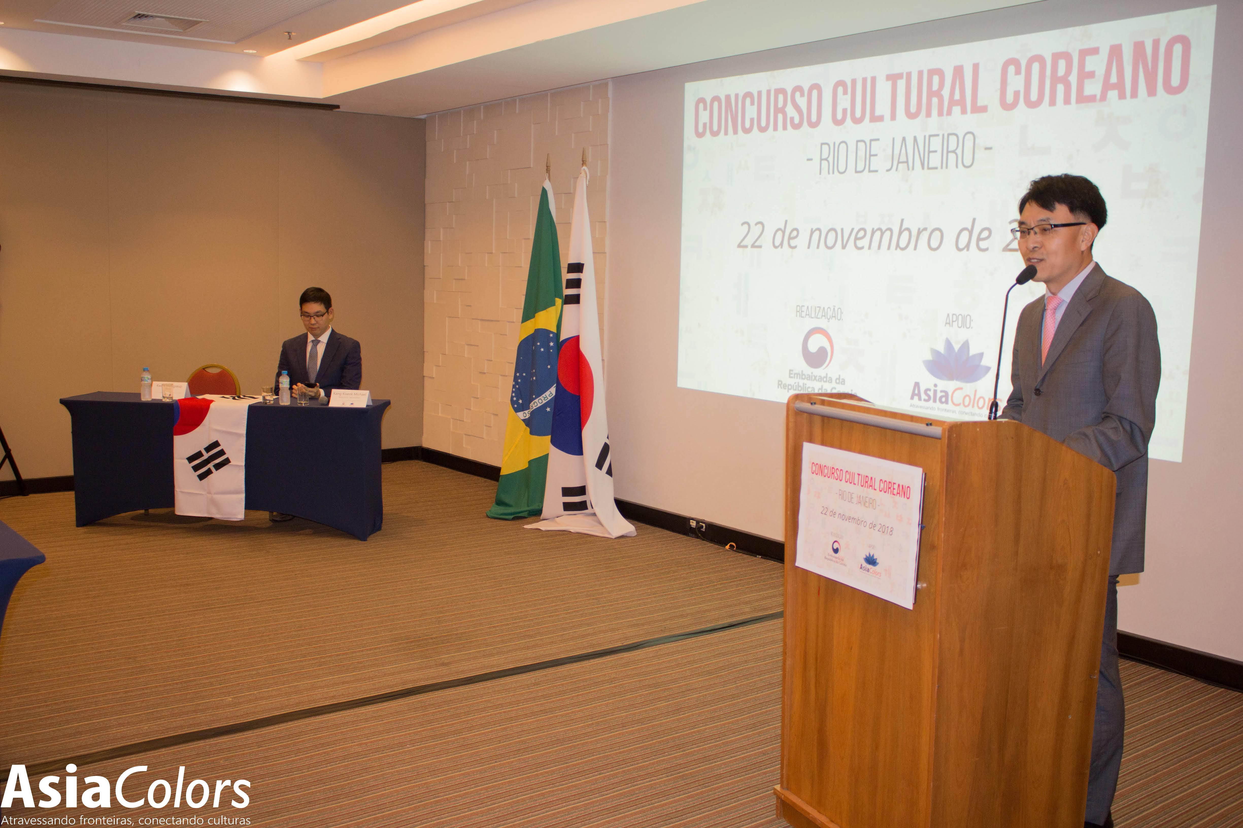 O ministro sul-coreano Kwon Young Seup (de pé) e o Segundo Secretário Kang Kiseok Michael. Foto: Kimio Okuno.