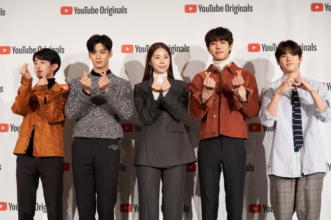 """O elenco da série original do Youtube """"Top Management"""" posar em uma conferência de imprensa no centro de Seul em 29 de outubro. (Studio 329)"""
