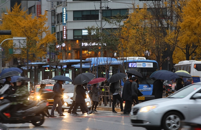 Pedestres a caminho do trabalho na intersecção Sejong-ro,Seul. Foto: Yonhap
