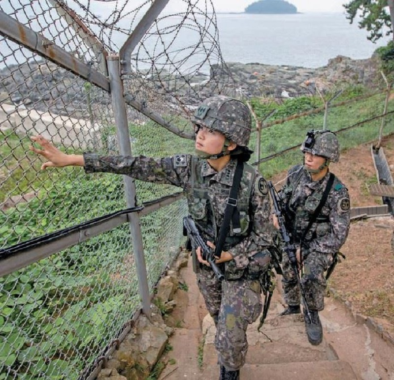 Reacende O Debate Sobre O Serviço Militar Obrigatório Para Mulheres