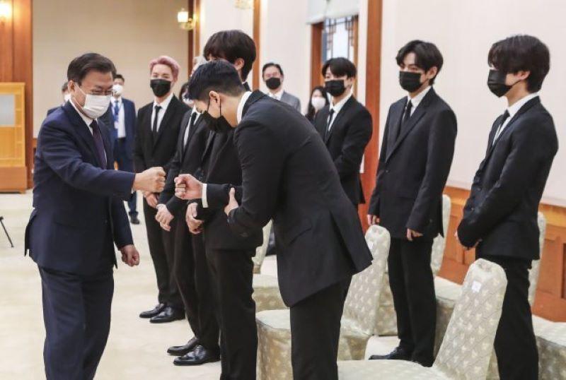 Bts Se Encontra Com Presidente Moon Jae-In E Recebe Passaporte Diplomático